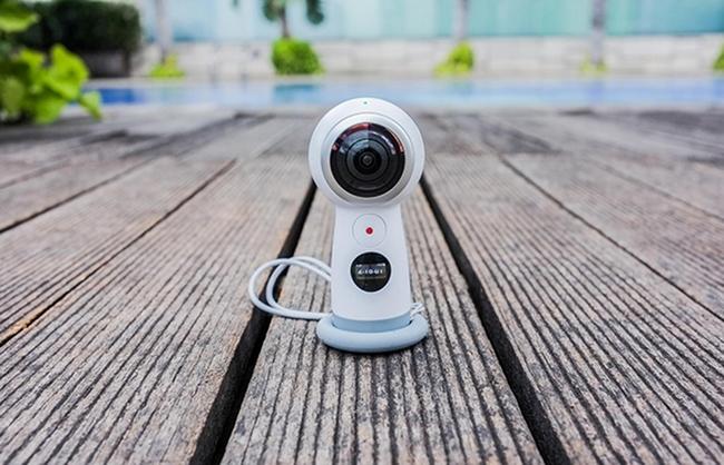 Thiết kế nhỏ gọn hơn giúp Camera Samsung Gear 360 mang lại sự tiện dụng hơn khi mang theo