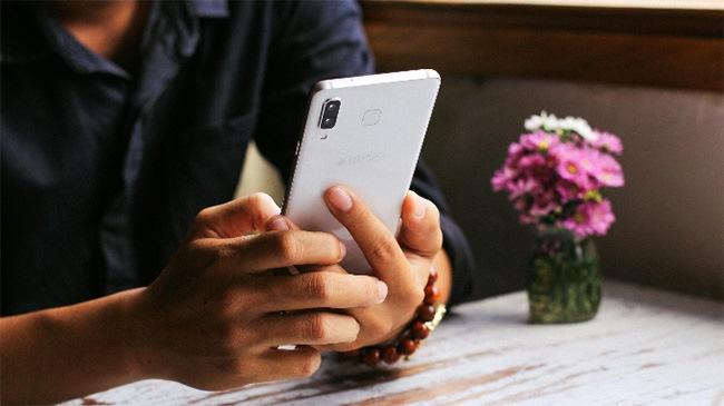 Độ mỏng 6.3 inch giúp cầm Galaxy A8 Star rất thoải mái