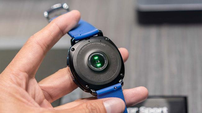 Samsung Gear Sport trang bị cảm biến nhịp tim gắn bên dưới đồng hồ