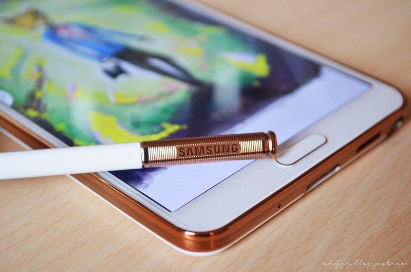 Màu vàng của bút S pen rất đẹp